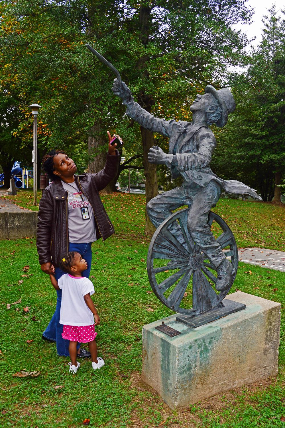 The Juggler, family enjoying the Sculpture!